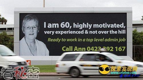 六旬老妇打巨型广告牌求职 应聘500次被拒