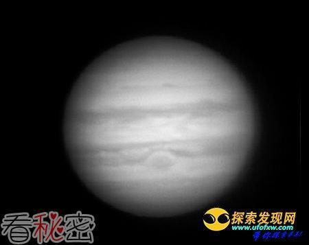 男子自制天文望远镜 可在家门口清楚看木星