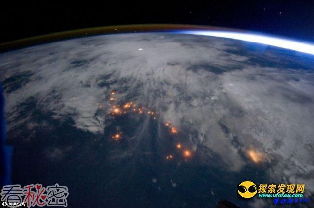 """宇航员从太空跟踪风暴云中罕见""""精灵""""闪电"""