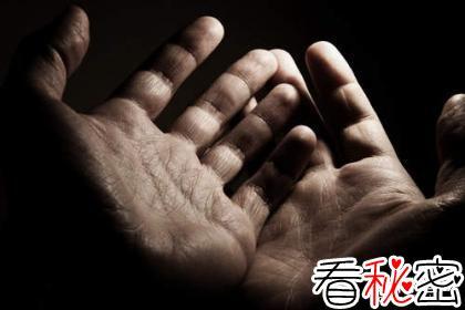 城墙上出现诡异双手,人们竟习以为常!