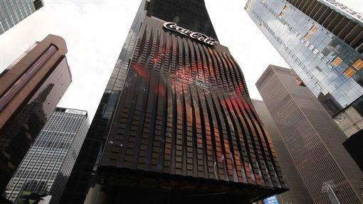 时代广场广告3D变身 史无前例「活」看板墙装置