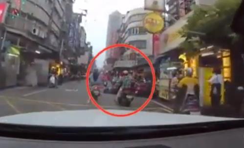 女骑士连撞两次车 网友却只看那双「长腿」