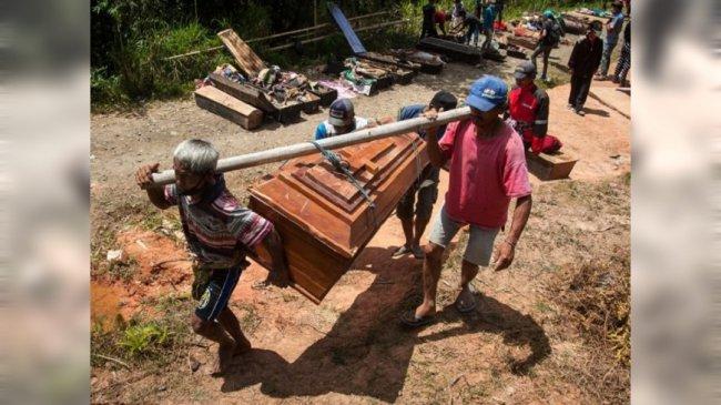 印尼年度「赶尸节」 挖掘亲人坟墓游街